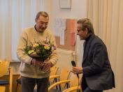 Bloemetje voor de jubilaris Dhr. Van der Linden
